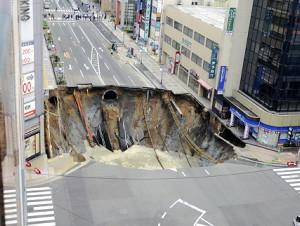 【動画】福岡・博多の道路が陥没する瞬間の映像がヤバ過ぎると話題にwwwwwwwwのサムネイル画像