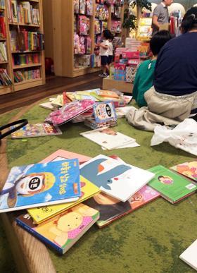 【衝撃】韓国の大型書店、児童図書コーナーが無法地帯な件wwwwwwwwwwwwのサムネイル画像