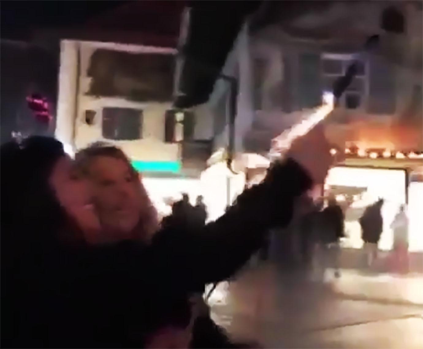 【大惨事】ロケット花火を持って点火した女子 → やん♪ やっぱ怖い→地面落とす → 水平に飛ぶ → 群衆の中で大爆発 のサムネイル画像