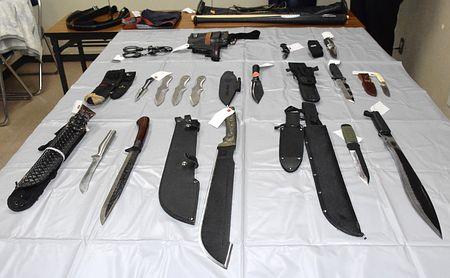 腰に刃物14本ぶら下げた男が逮捕されるのサムネイル画像