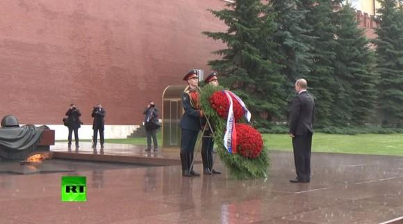 【ロシア】戦死者慰霊のセレモニーで雨に打たれるプーチン「兵士たちはどんな天候でも戦った。私は砂糖じゃないから溶けない」のサムネイル画像