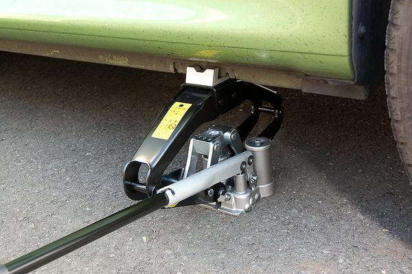 【悲報】ジャッキが外れ、車体の下敷きになって死亡・・・のサムネイル画像