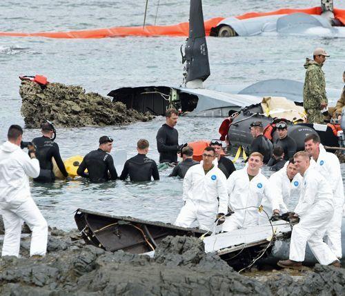 琉球新報「オスプレイ墜落現場で回収作業中の米兵が笑顔で写真撮影してました」のサムネイル画像