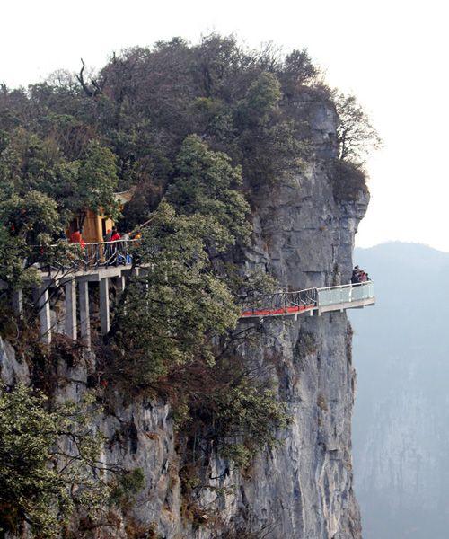 【中国】ガラス製で下が丸見えの登山道「天空之路」(画像アリ)のサムネイル画像