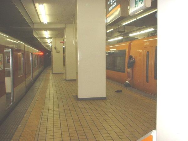 大阪で電車に乗ったら、小汚いおっさんが下半身裸になってオ●ニーしてた 外国怖いお・・・のサムネイル画像
