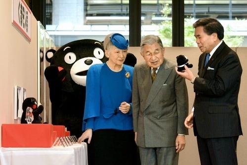 【画像】ちょっw皇后陛下それは聞いちゃいけねぇw 「くまモンさんの中はお一人でやってるの?」のサムネイル画像