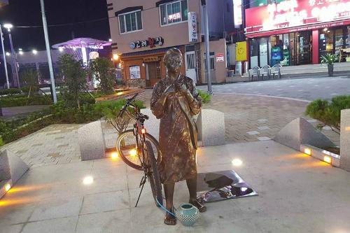 【悲報】韓国の慰安婦像、勝手に駐輪場として活用されるwwwwwwwwwwのサムネイル画像