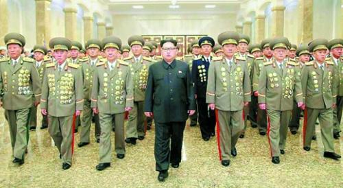【悲報】北朝鮮、金日成の誕生日を祝う → 世界中のメディア200人を招待することで、アメリカは手が出せなくなるwwwwwwwwwwのサムネイル画像