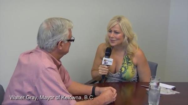 【放送事故】市長へのインタビュー中に、ロリが突然脱ぎ出す wwwwwwのサムネイル画像