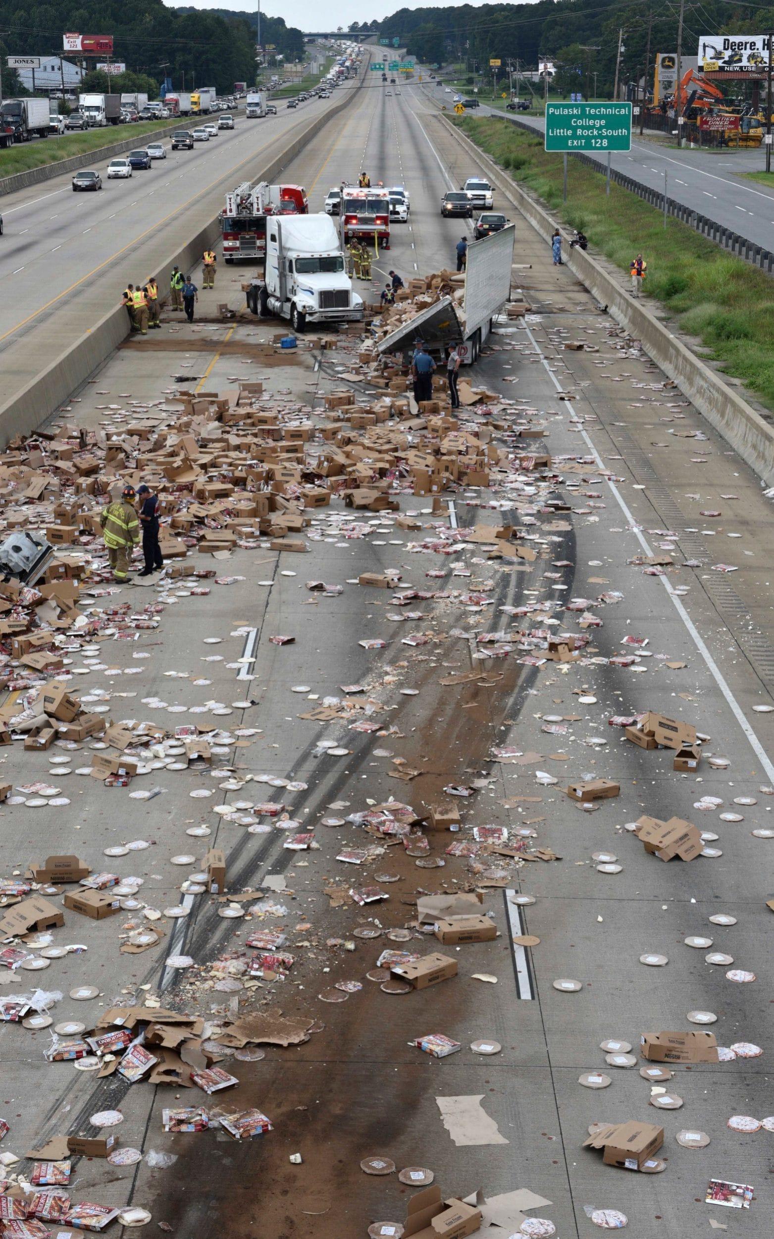 【画像】冷凍ピザを満載したトラックが事故。道路にピザを撒き散らすwwwwwwwwのサムネイル画像