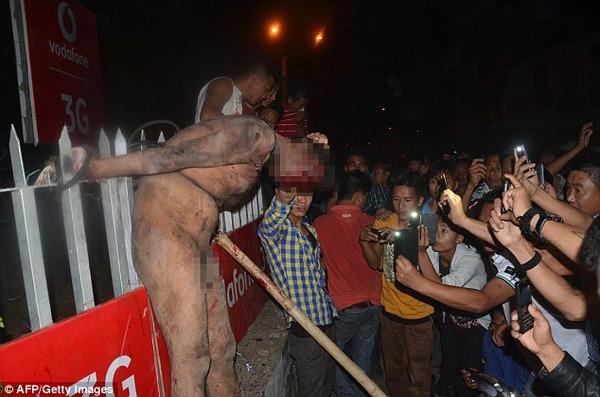 群衆が拘置所からレイプ魔を引きずり出して市中引き回して遺体を時計台に吊るす