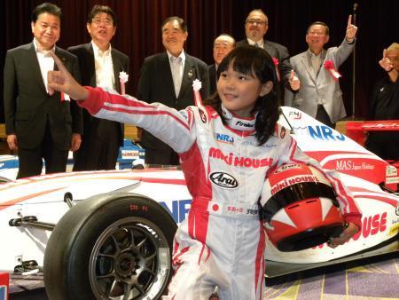 【悲報】F1を目指す小6女子プロレーサーが可愛すぎる!!おじさんもスポンサーになっちゃうぞwwwwwwwwのサムネイル画像