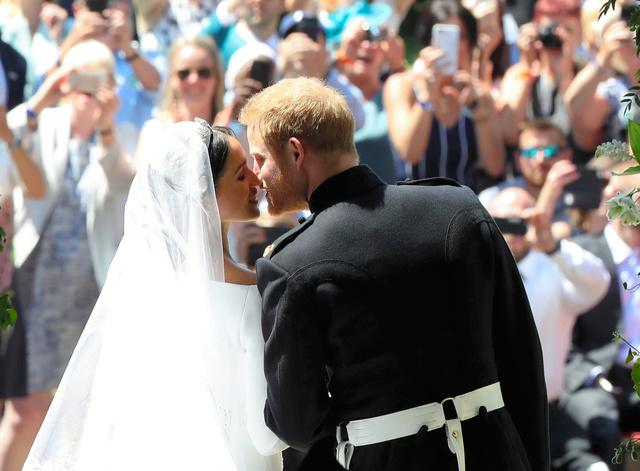 【悲報】朝日新聞、英王室の2人に対し「異色カップル」と表現wwwwwwwwwwwwwwwwのサムネイル画像
