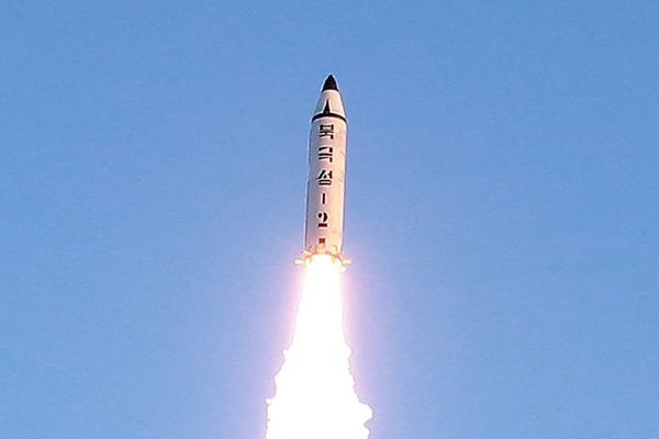 北朝鮮「撃ったら東京に核ミサイル発射するぞ!」トランプ「うるせぇ!撃てぇ!」のサムネイル画像