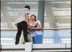飛び降り自殺を図ろうとした少年,見知らぬ美少女にキスをされ救助のサムネイル画像