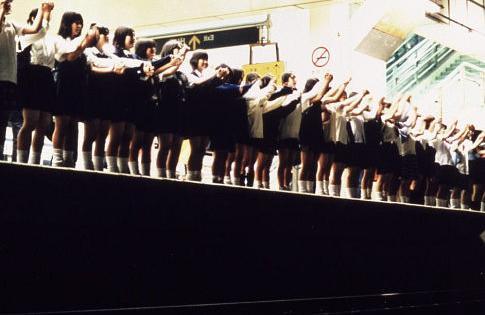 【自殺サークル】女子高生2人が手をつなぎ飛び降り自殺 パチンコ店屋上からのサムネイル画像