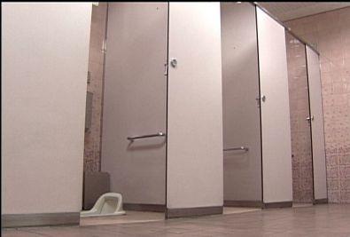 「用たすところ見たかった」女子トイレの洗面台下にはいつくばる中年男 発見され御用のサムネイル画像