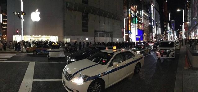 【銀座】アップルストアに青山まで続く大行列、iPhoneX求める客であふれるwwwwwwwwwwのサムネイル画像