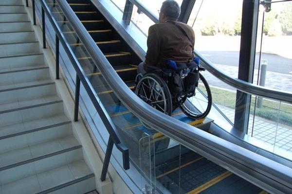 禁止されているのに車椅子でエスカレーターに進入 → 悲惨な結末に・・・・・のサムネイル画像