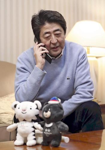 【衝撃】安倍首相「1人でTVを見ていたら、興奮でみかん握りつぶしそうになった」のサムネイル画像