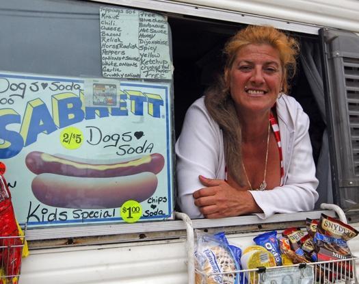 【米】ホットドッグ移動販売員の女が購入客にバイシ●ン、逮捕のサムネイル画像