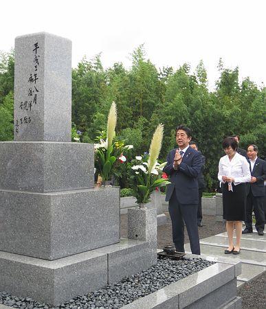 【安倍首相】父に「国民のため全力を尽くす」地元で墓参りのサムネイル画像
