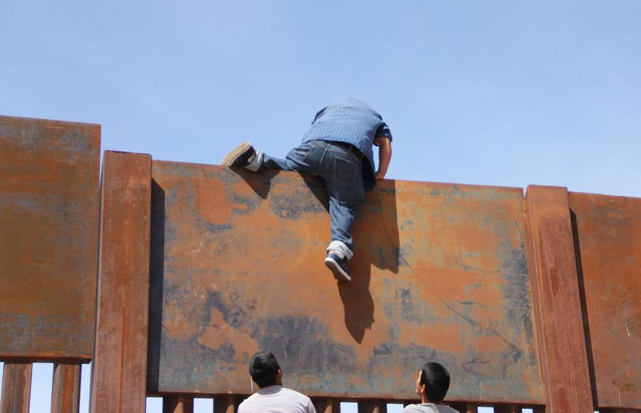 【悲報】メキシコと米国を隔てる壁、余裕で突破されるwwwwwwwwwwwwwwwwのサムネイル画像