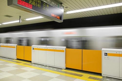 【電車】転落を防ぐ「ホームドア」普及へ →「設置のためなら運賃が高くなっても良い」との声が多数のサムネイル画像