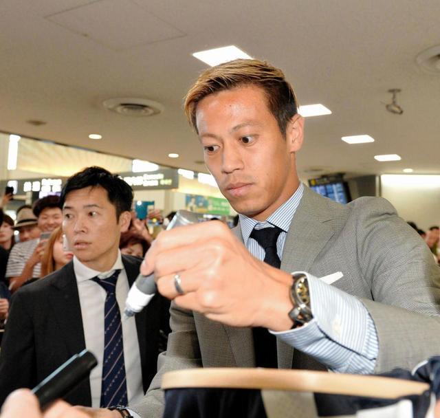 【驚愕】「本田圭佑」帰国で空港パニックへwwwwwwwwwwwwwwwwwのサムネイル画像