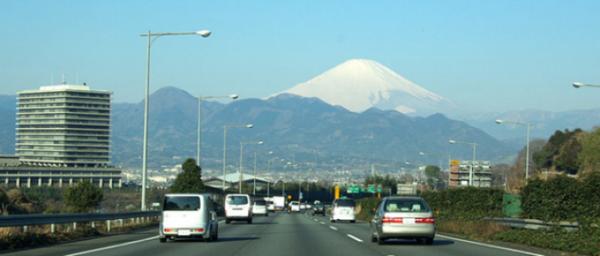 【悲報】深夜の東名高速で「追越車線」に車が停車した結果・・・のサムネイル画像