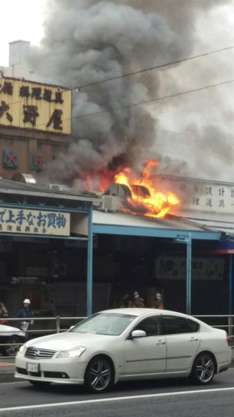 【速報】東京・築地場外市場で火災 3階建ての建物から延焼中(朝日新聞)のサムネイル画像