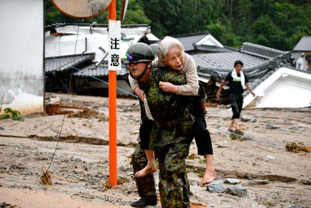 【豪雨】夢中で回したペンライト「死ぬかと思った」救助の女性 大分県日田市のサムネイル画像