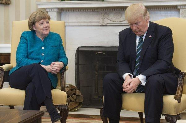 【動画】トランプ大統領、ドイツのメルケル首相との会談で握手を促されるも完全無視のサムネイル画像