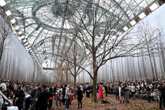 【悲報】仏パリ「シャネル」秋冬コレクション、環境活動家から非難の声が殺到してしまう・・・・・ のサムネイル画像