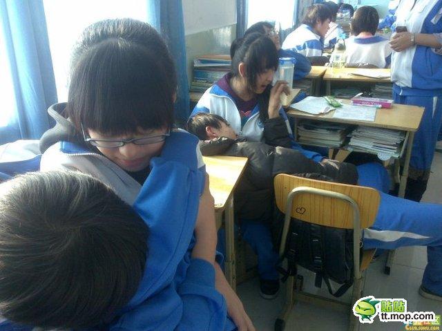 中国の学級崩壊が問題に、男女が抱き合い荒んだ現場となっていて手がつけられない状態のサムネイル画像