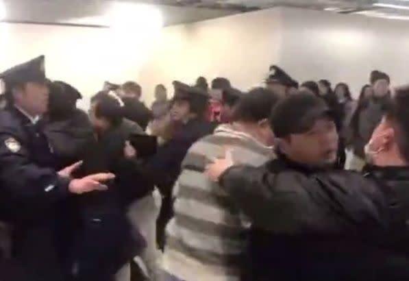 【衝撃】成田空港で中国人大暴れ、興奮して国歌斉唱までwwwwwwwwwwwwwwのサムネイル画像