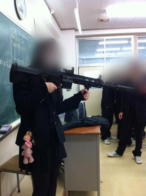【画像あり】 ミリオタの女子高生、学校にHK416を持ってくる !!のサムネイル画像