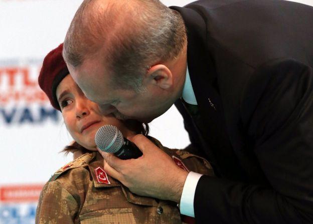 【大炎上】トルコ大統領、号泣幼女に対し「彼女が殉教すれば、その遺体にはトルコ国旗が掛けられるだろう」のサムネイル画像