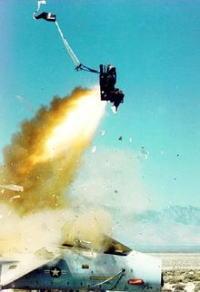 韓国空軍F-15Kに試乗した将軍様が射出レバーを誤って引いてベイルアウトwwwwwのサムネイル画像
