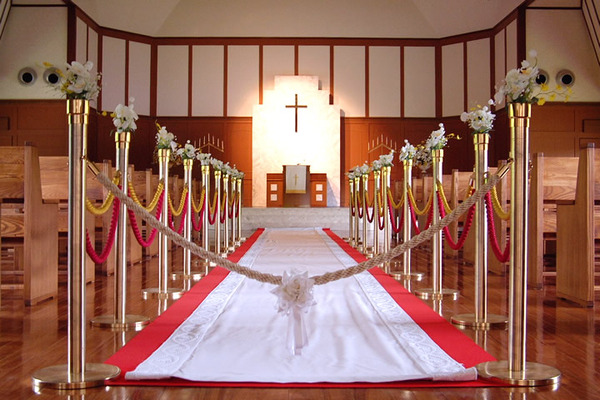 バイトのコスプレ神父に誓う日本の奇妙な結婚式wwwwwwwwwwwwwwwwwwwwwwのサムネイル画像