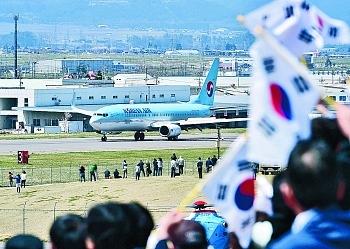 韓国国旗を振り副知事らがお出迎え「ようこそ長野へ」韓国から松本への国際チャーター便のサムネイル画像