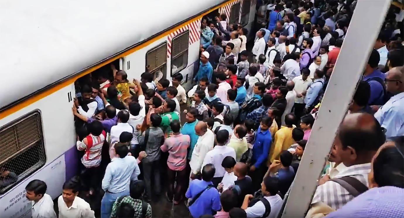 【地獄】世界一混雑する「通勤列車」の動画がやばすぎると話題にwwwwwwwwwwwwwwwのサムネイル画像