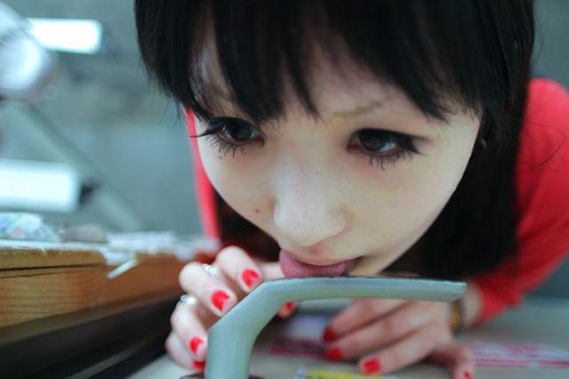 日本では女がドアノブを舐めるのが流行っている?どんなステマだよwwwのサムネイル画像