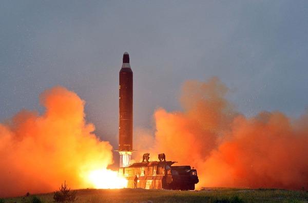 韓国紙「北朝鮮ICBM発射後にトランプと電話会談できない文在寅。この情けない状況を周辺国は当然見ている。」のサムネイル画像