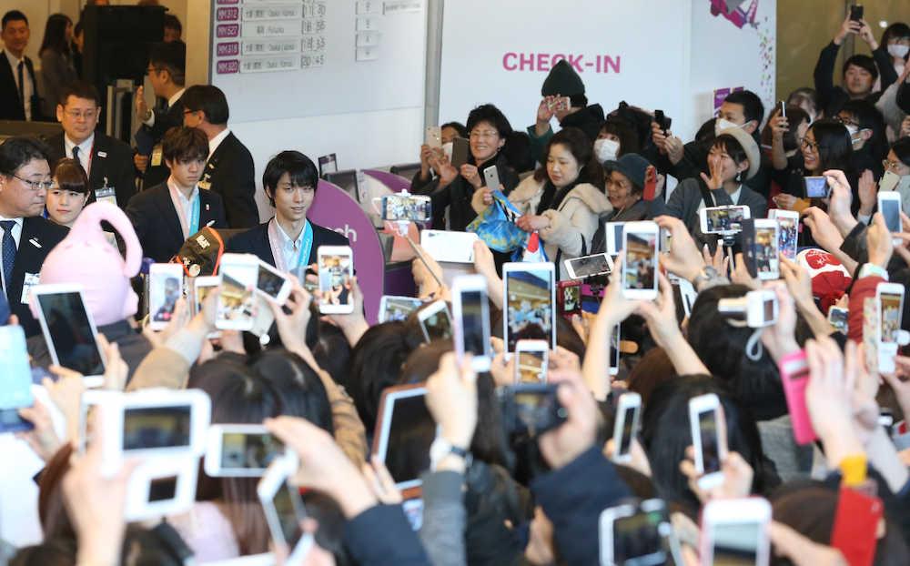 【画像】日本選手団が帰国!!→ 銅のカー娘が撮影でセンターに立ってしまった結果wwwwwwwwwwwwのサムネイル画像