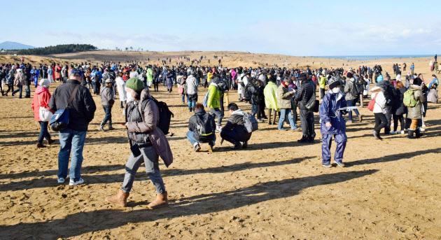 【画像】鳥取砂丘でポケモンGOイベント開催、人が来すぎて関係者も驚きwwwwwwwwww のサムネイル画像