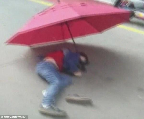 【中国】少年が傘を開いて「ビルの10階」から漫画のように落下した結果wwwwwwwwwwwwのサムネイル画像
