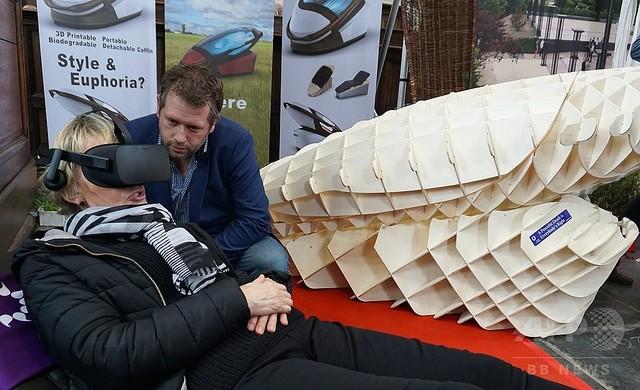 【衝撃】ボタンを押すだけで死ねる「自殺機器」オランダの見本市で話題に のサムネイル画像