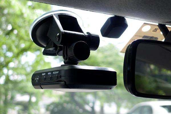 【動画】ヤバ過ぎる運転をする車が撮影されるwww これ免許没収しないと駄目だろwwwのサムネイル画像