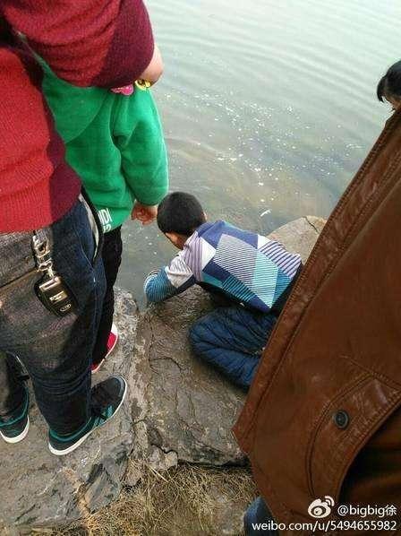 【悲報】中国の湖で魚の放流イベントが開催されるも放流後すぐに市民に乱獲されるwwwスタッフの制止も無視のサムネイル画像